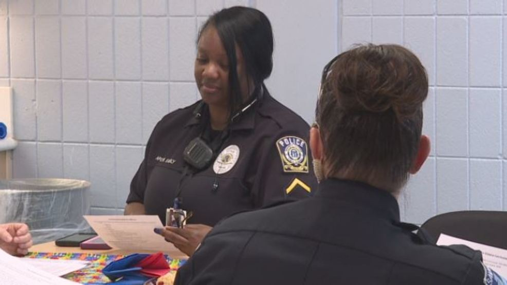 Why Police Need Training To Interact >> Savannah Pd Officers Attend Training To Better Understand Interact