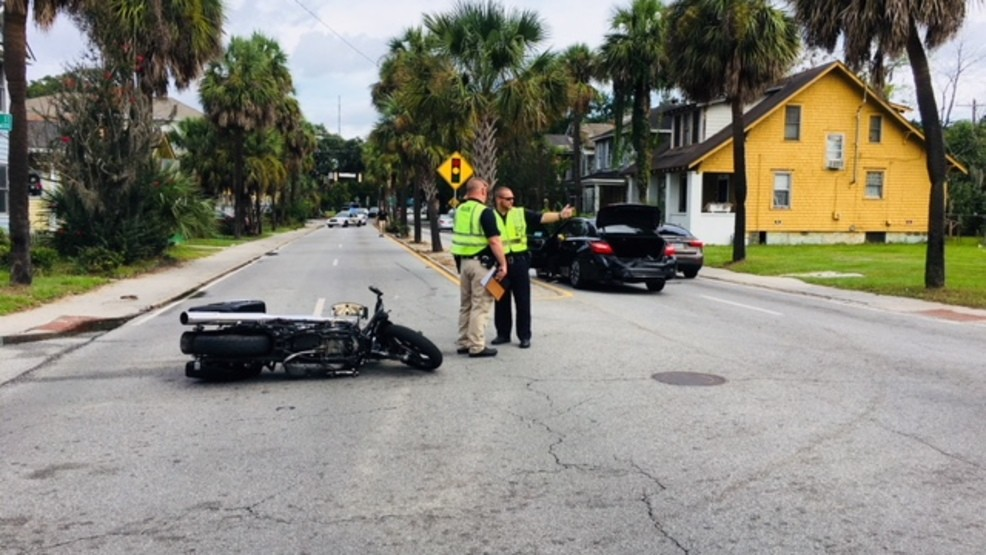 Savannah police investigating Victory Drive crash that left one man